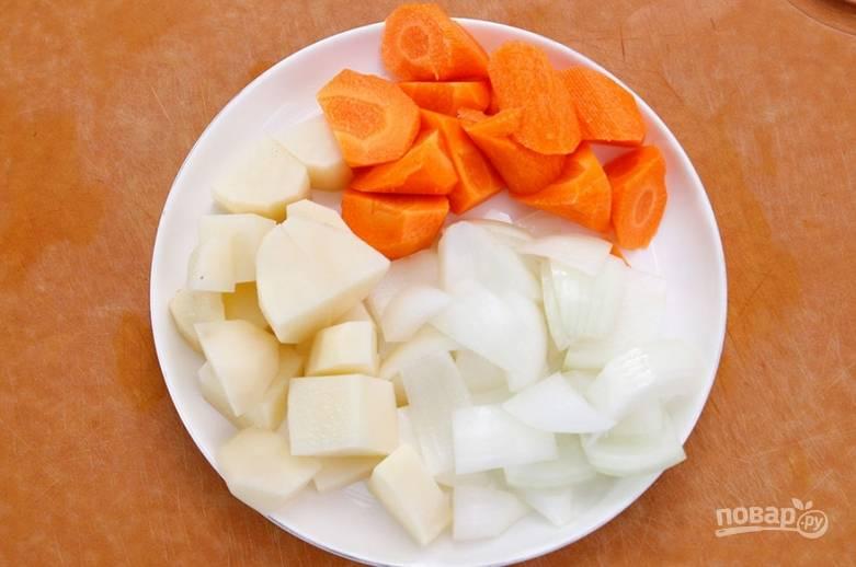 Овощи нарезаем кубиками и добавляем в суп, когда сварится чечевица. Как только сварится картофель, можно добавить соль, специи и лавровый лист. Через несколько минут снимаем суп с огня, достаем мясо, и даем супу ему настояться под крышкой 15 минут.