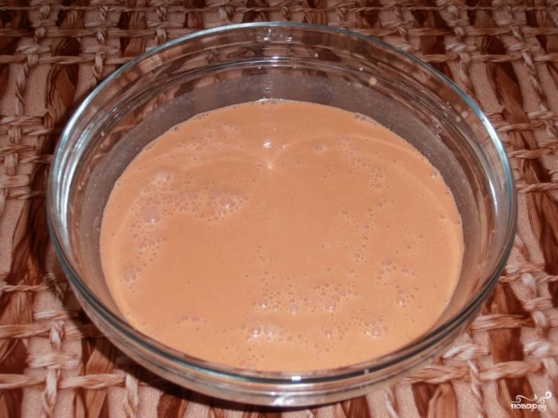4.Приготавливаем соус: смешиваем воду, со сметаной, томатной пастой и мукой. Все хорошо перемешиваем при помощи венчика.