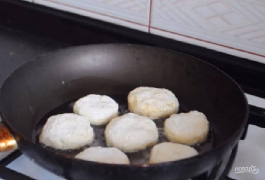 4. Разогрейте сковороду и обжарьте сырники на небольшом огне с обеих сторон. Приятного аппетита!