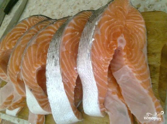 После того как мы промыли рыбу, распотрошили ее, вымыв изнутри от возможной желчи, а также удалили лишнюю пленку на ее внутренней стороне, нарезаем семгу на кусочки. Вообще то, как вы порежете рыбу, не имеет большого значения. К тому же, семга готовится быстро, поскольку она очень нежная. Мельчить не нужно. Я хочу получить рыбу хорошей прожарки, поэтому нарезаю ее на аккуратные кусочки.