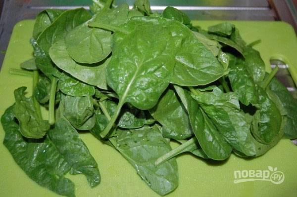 Отвариваем вкрутую яйцо. Тщательно промываем листья шпината и максимально обсушиваем их. Удалим длинные черенки.