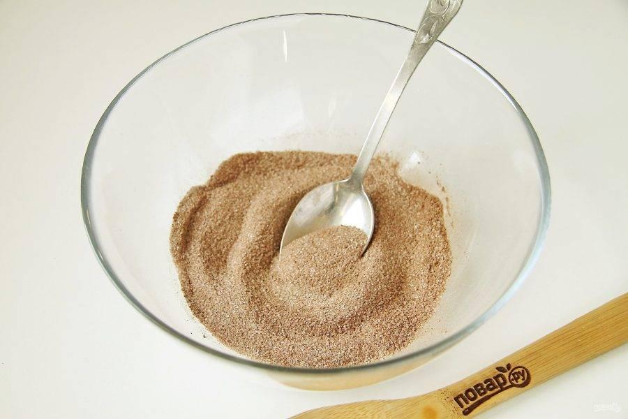 Соедините сахар, какао и ванилин.