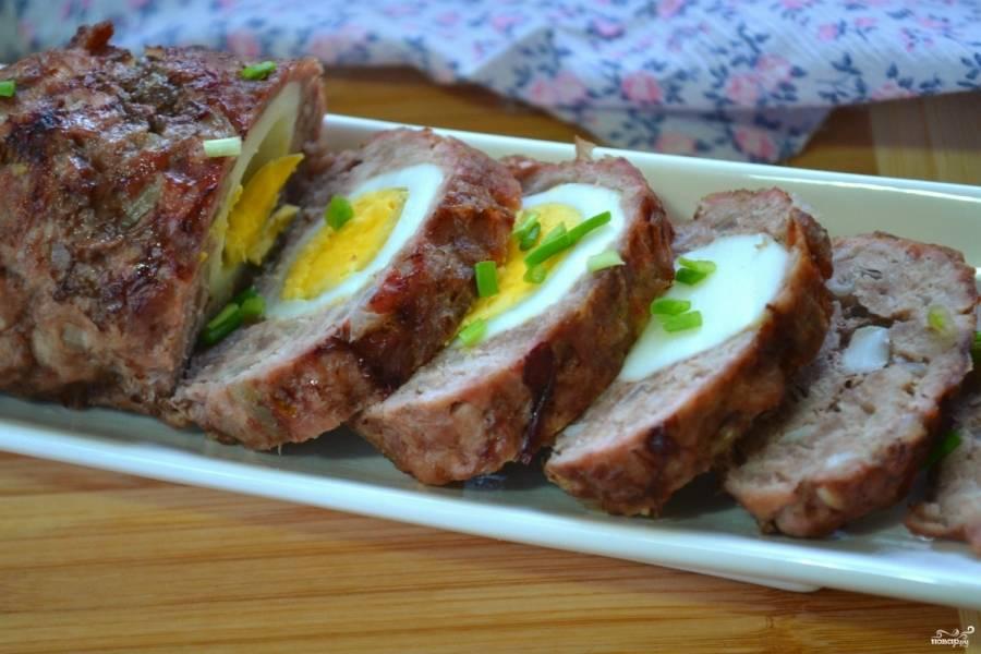 Мясной рулет с яйцом в духовке готов. Дождите, пока он остынет, и разрежьте. Приятного аппетита!