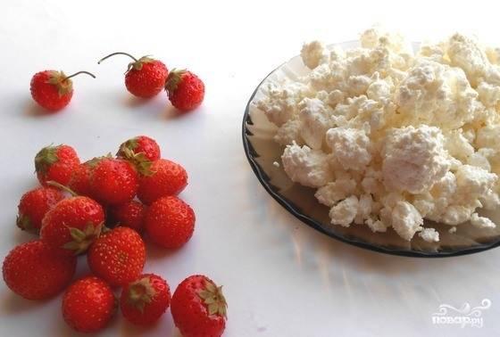 Подготовьте все необходимые для десерта ингредиенты. Для этого вымойте ягоды, удалите из них плодоножки. Творог откиньте на дуршлаг, если он слишком влажный.