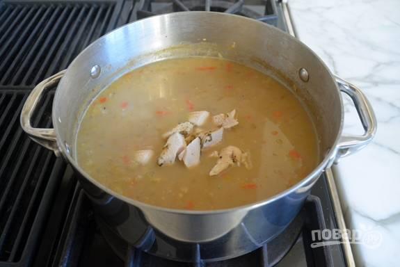 5. Потом добавьте кусочки курицы и сок лайма.