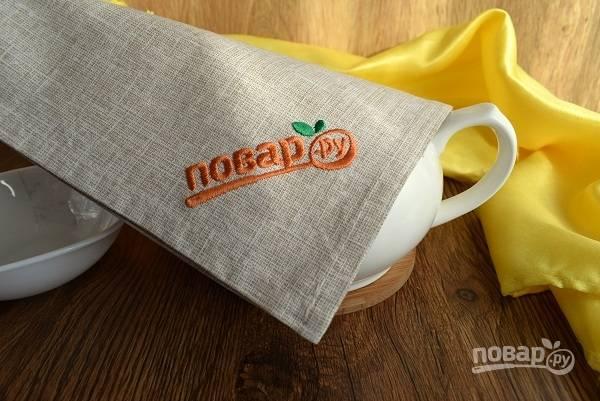 Накройте льняной салфеткой, но не укутывайте. Дайте чаю завариться 5 минут.