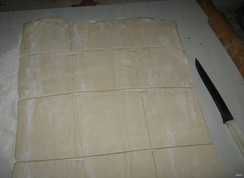 5.Разрезаю пласт теста на необходимое количество пирогов.