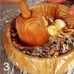 Чеснок очистить и растереть в ступке вместе с половиной грецких орехов до однородной массы. Добавить в миску с йогуртом. Влить подсолнечное масло и взбить. Оставшиеся орехи порубить ножом в мелкую крошку. Добавить в йогурт огурцы вместе, с выделившимся соком, орехи, мелко нарезанный укроп, посолить и перемешать.