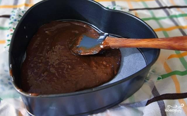Застелите любую удобную для вас форму для запекания пергаментом, смажьте сливочным или растительным маслом и выкладывайте слоями шоколадное тесто, творожный крем и вишни.