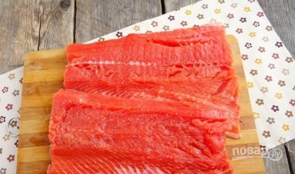 Рыбу отделите от костей и разделите на филе.
