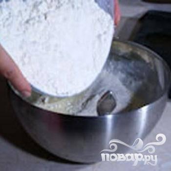 3.Размешать в муке разрыхлитель. Смешать в миске яйца с майонезом и творогом, посолить.