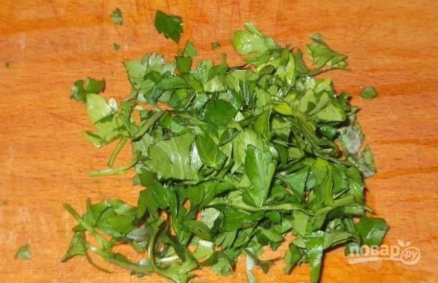 Вымойте и обсушите петрушку. Измельчите её, отделенные от черенков, при помощи острого ножа. По желанию вы можете увеличить количество петрушки в блюде или же использовать другую зелень.