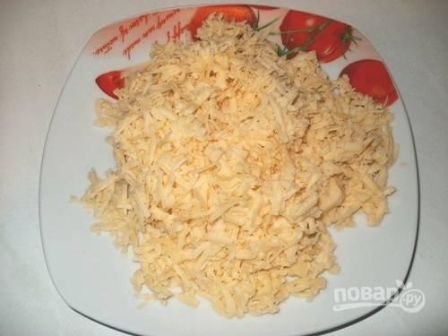 Сыр натираем на крупной или средней терке.