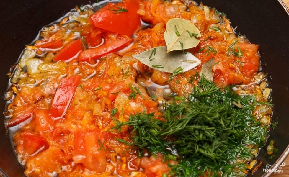 На растительном масле обжариваем лук и морковь до мягкости. Добавляем томат, паприку, измельченную зелень и любые другие специи. Тушим 3-4 минуты, помешивая.