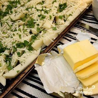 3. Полить оставшимися 2 столовыми ложками оливкового масла. Разбросать кусочки сливочного масла на поверхности.