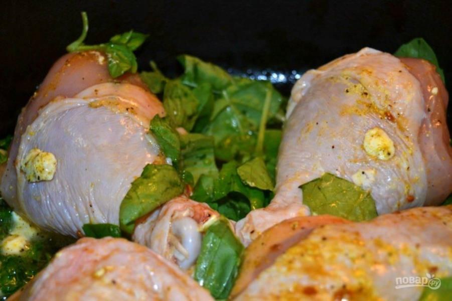 8.Выложите кусочки курицы и перемешайте ее, чтобы они были окутаны специями и зеленью. Накройте емкость крышкой и готовьте на слабом огне 100 минут.