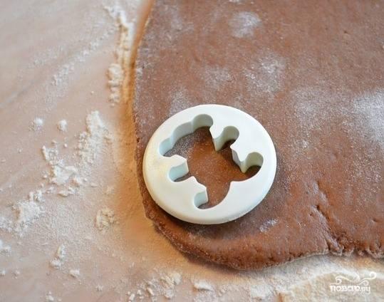 6.Тесто раскатайте в корж толщиной 1 см. С помощью специальной формы вырубите коричневых и белых мишек.