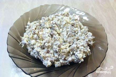 11. Остывшую поджарку нужно выложить к брынзе или фете, добавьте сметану и тертый твердый сыр. Тщательно перемешайте.