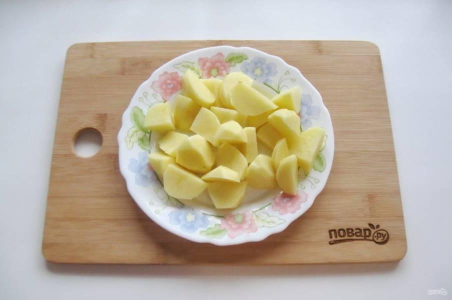 Пока свекла варится, картофель очистите, помойте и нарежьте кубиками.