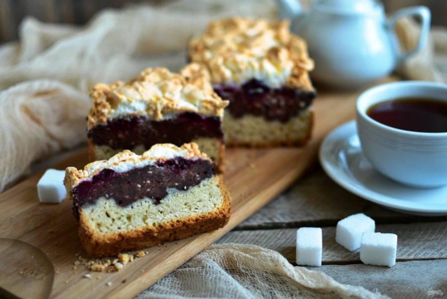 Вкуснее оставить пирог на ночь открытым, чтобы безе дополнительно подсохло и хрустело по краям, и лишь затем разрезать.