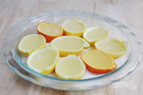 2. Лимоны разрежьте пополам, удалите мякоть и разлейте основу по формочкам. Уберите в холодильник до полного застывания.