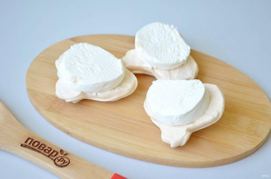 7. Осторожно снимите с пергамента половинки сердечек, положите по кусочку мороженого и накройте половинками безе.