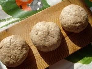 Из теста сформируйте хлебцы. Кладем их на противень смазанный растительным маслом, запекаем в духовке, температура 200 градусов, 20 минут с одной стороны и 20 с другой.