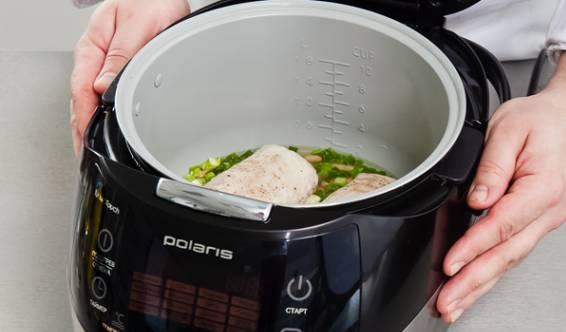 """Сверху фасоли выкладываем рыбу. Закрываем и готовим 20 минут на режиме """"Мультиповр"""" при температуре 70 градусов."""