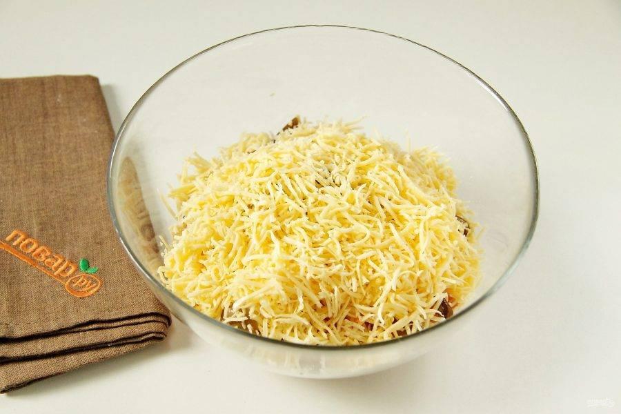 Добавьте тертый на мелкой терке сыр.
