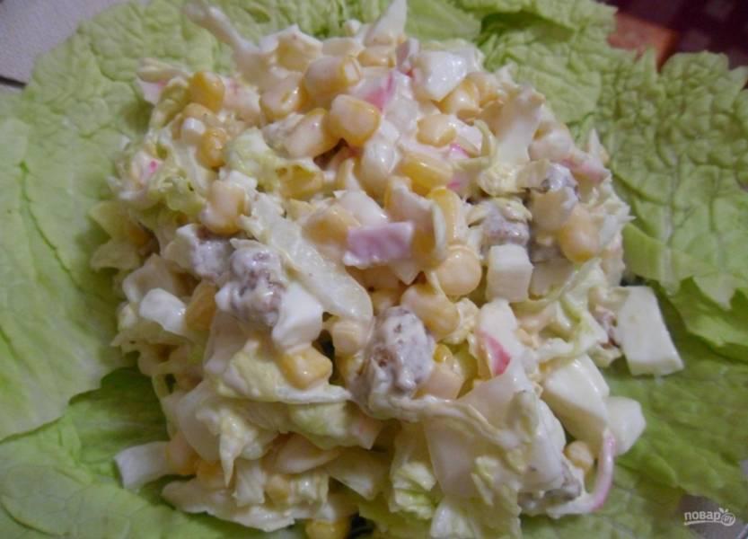 Заправьте салат солью, майонезом и сметаной. Украсьте салатницу несколькими листьями салата. Приятного аппетита!