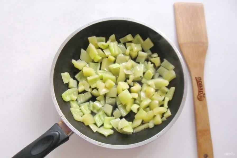 Налейте подсолнечное масло и также обжарьте перец в течение 7-8 минут, помешивая.
