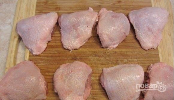 Куриные бедра промойте и обсушите бумажным полотенцами. Срежьте ненужные кусочки с поверхности бедер.