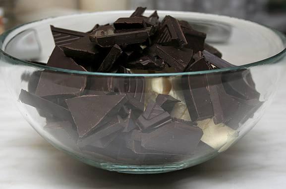 В миску складываем кусочки масла и шоколада.
