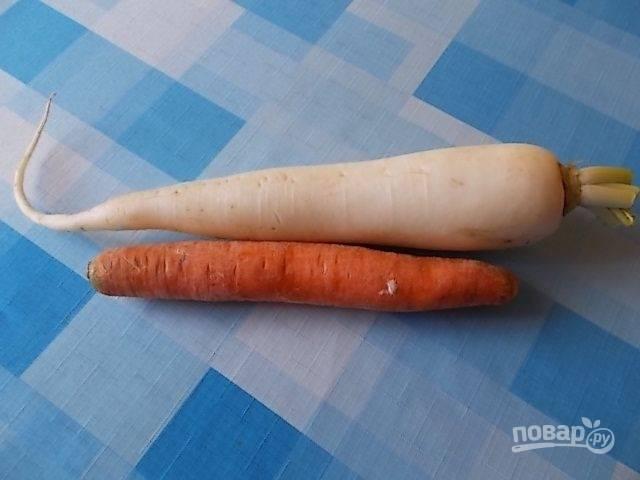 Вот наши ингредиенты для салата. Редька должна быть чуть побольше размером, чем морковь. Для салата можно взять и черную, и зеленую редьку, и вот такую. Очистим наши овощи.