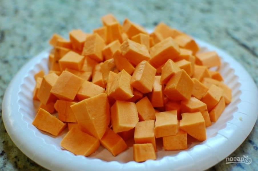 1.Очистите лук-шалот, затем обжарьте его в большой кастрюле с маслом на среднем огне. Почистите батат, порежьте его кубиками.