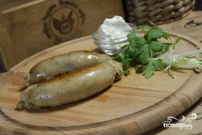Готовую картофельную колбасу подаем с зеленью и сметаной. Приятного аппетита! :)