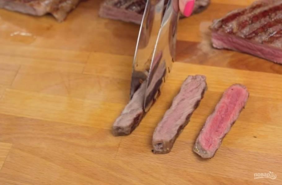 4.  Готовые стейки подавайте с соусами. Приятного аппетита!