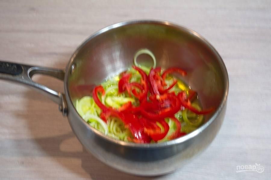 Добавьте оба вида перца. Постоянно помешивая, обжарьте овощи вместе.