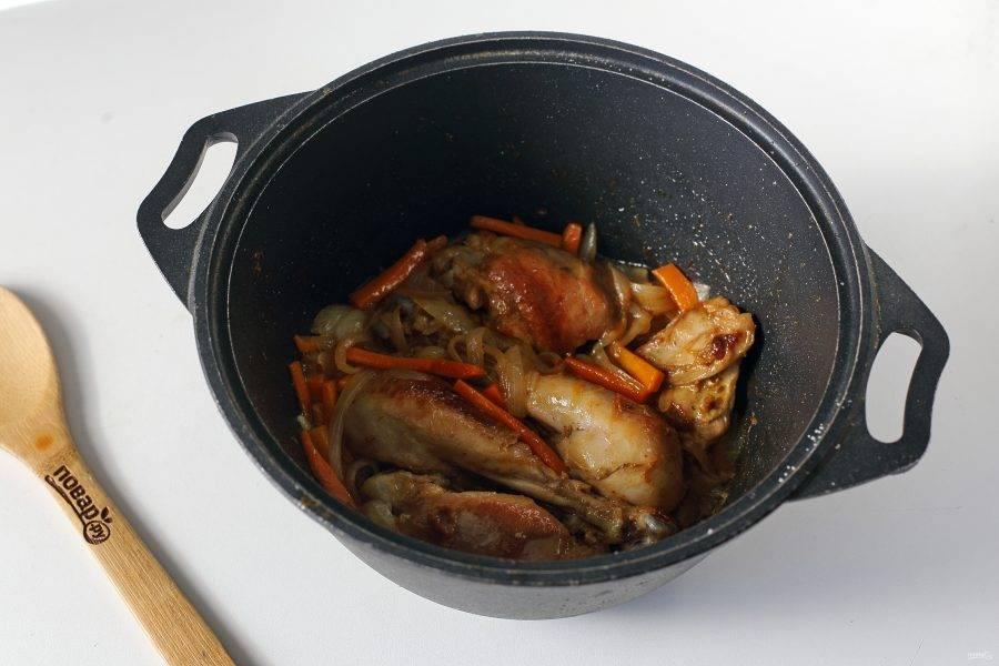 Добавьте нарезанную соломкой морковь и перьями лук. Обжарьте все вместе до мягкости овощей.