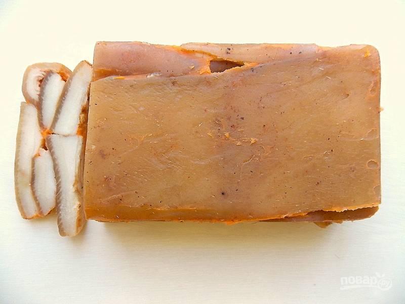 Верхний слой укладывайте кожей вверх. Положите форму в пакет и установите сверху груз. Уберите в холод на 2-3 часа.
