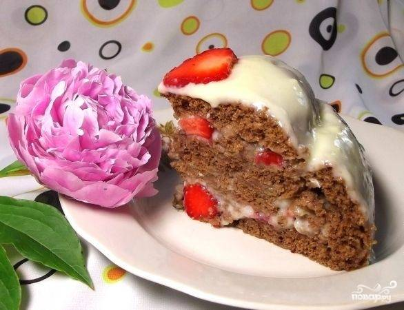 Обмажьте торт со всех сторон кремом и украсьте ягодами. Оставьте торт в холодильнике на час, а потом подавайте его к столу.