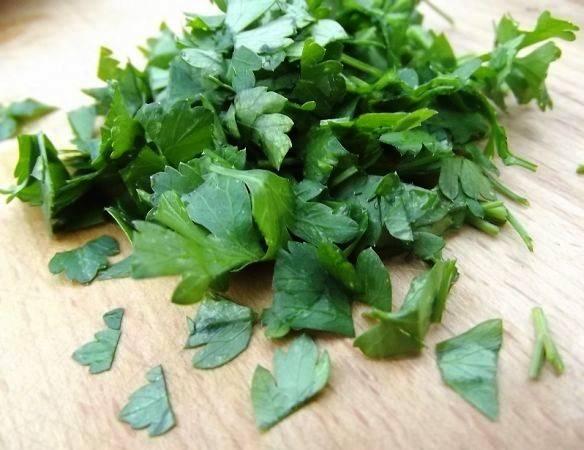 Измельчите зелень и добавьте в соус.