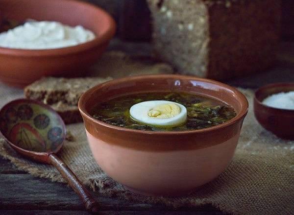 8. Вот и весь секрет, как приготовить суп из щавеля и крапивы. В тарелку выложите половинку яйца, подавайте к столу со сметаной. Очень вкусно, просто и полезно!