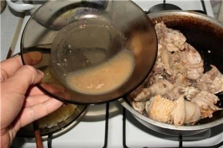 Накрываем казан крышкой и тушим курицу на медленном огне минут 5, затем аккуратно сливаем образовавшийся сок (он нам еще понадобится). Теперь делаем огонь побольше и обжариваем курицу со всех сторон до золотистой корочки.