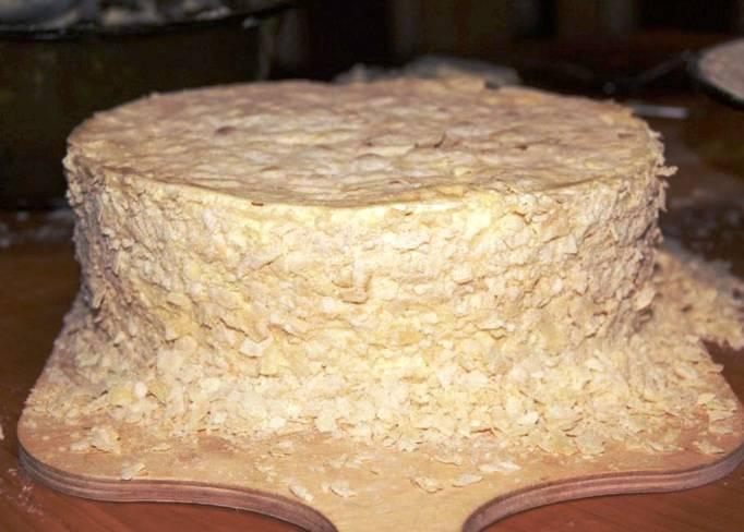 Обмажьте оставшимся кремом верх и бока торта и посыпьте крошкой из обрезков от коржей. Украсьте на свое усмотрение и оставьте на 10-12 часов в прохладном месте хорошо пропитаться.