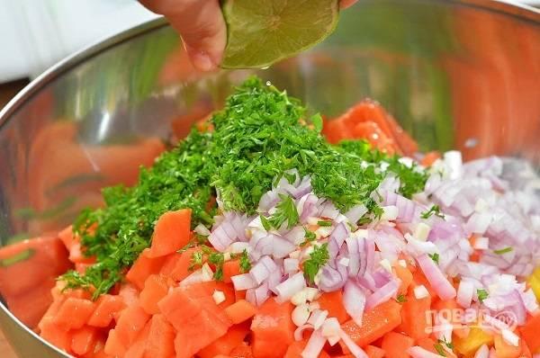 8. Измельчите зелень, острый перец, полейте соком половинки лимона или лайма. Добавьте чуть соли и перемешайте аккуратно.