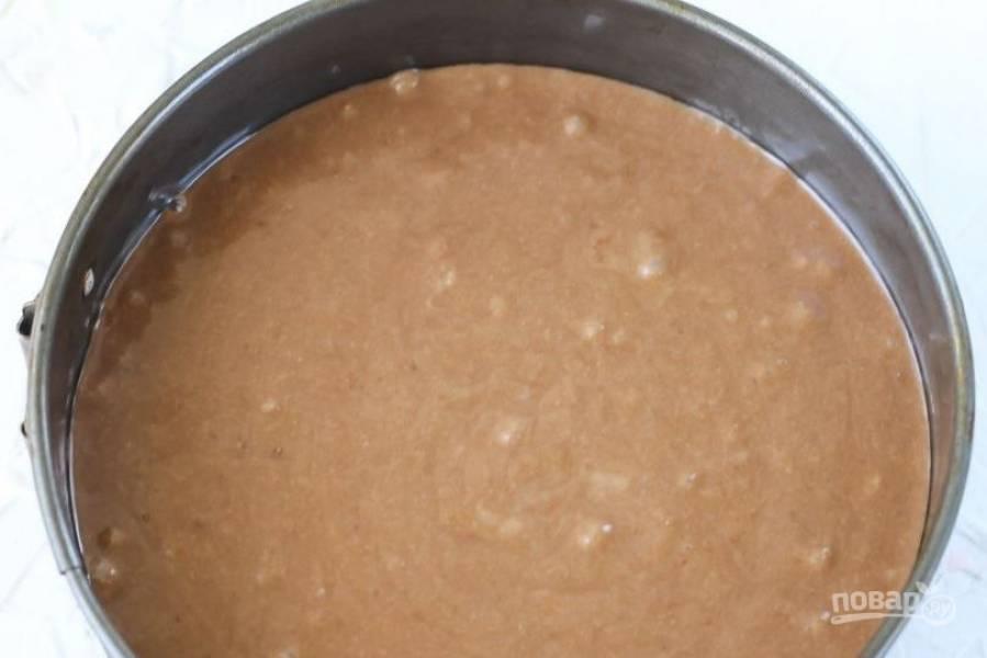 В миску влейте растительное масло и тщательно все перемешайте. Тесто должно получиться довольно жидким. Влейте тесто в форму для запекания.
