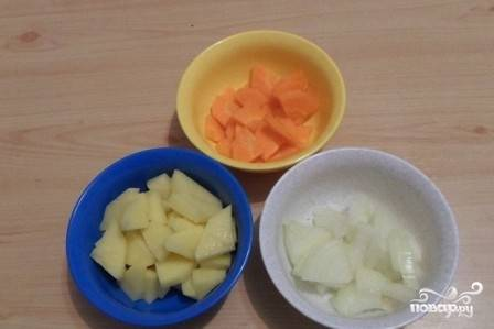 Очистим и нарежем небольшими кубиками овощи, так они быстрее сварятся. А вообще в нашем супе размер нарезки не важен, т.к. мы будем делать суп-пюре. Выкладываем овощи в кастрюлю с бульоном.