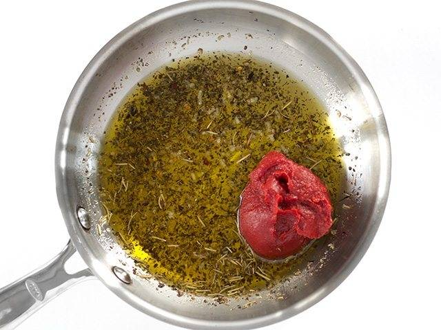 2.Затем добавьте томатную пасту и мед.