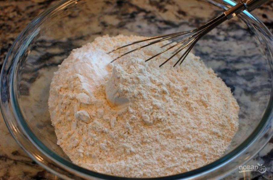 2.Смешайте в миске муку, соду, разрыхлитель, соль.